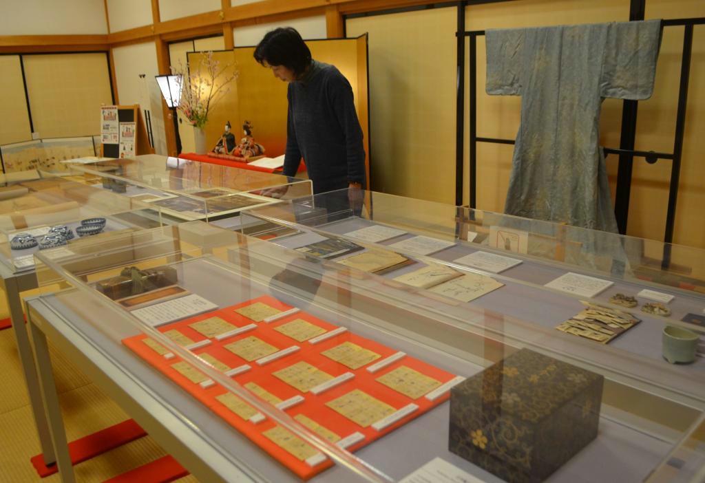 青山家の姫君の暮らしぶりを伝える展示品=篠山市北新町