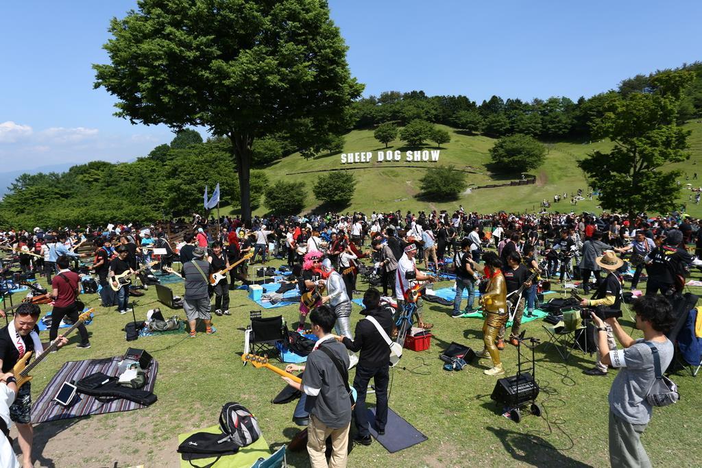 緑に囲まれて演奏でき、気分爽快だ=昨年6月、渋川市金井の伊香保グリーン牧場(実行委員会提供)