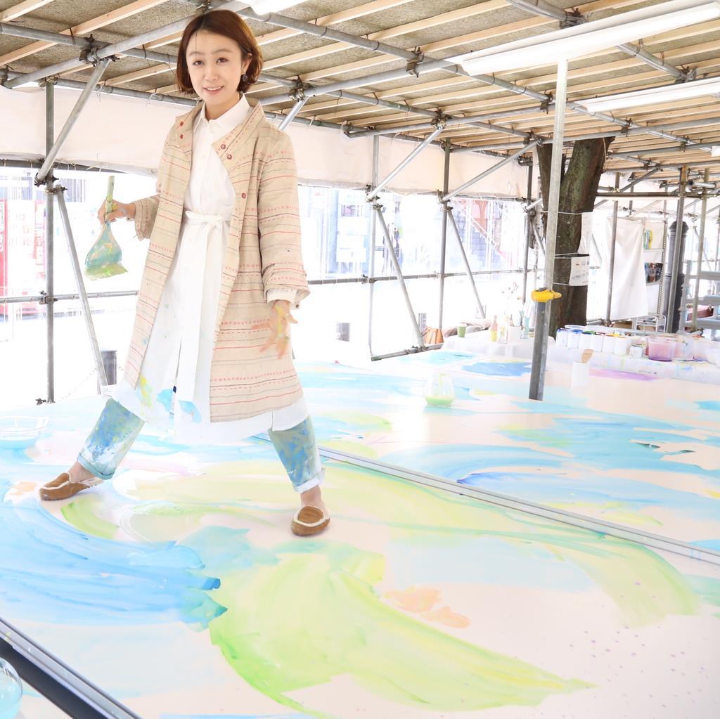 仮設の小屋で、「ウイロード」の天井画の公開制作に励む植田志保さん=8日、豊島区