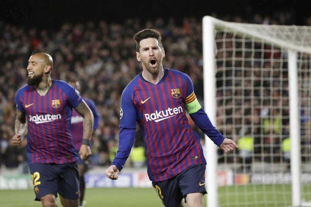 リヨン戦でゴールを決めて喜ぶバルセロナのメッシ(右)=バルセロナ(AP)