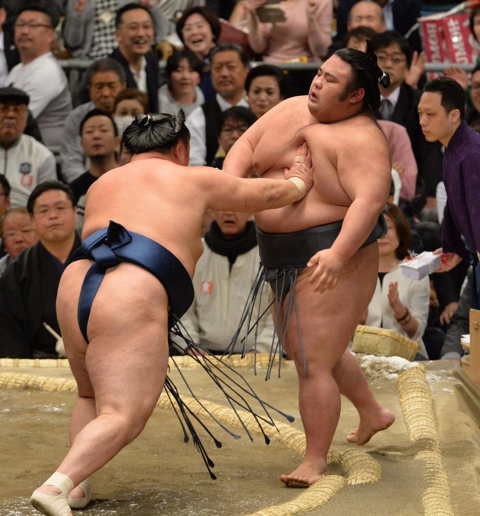 5日目、玉鷲に押し出しで敗れた貴景勝=14日、エディオンアリーナ大阪(林俊志撮影)