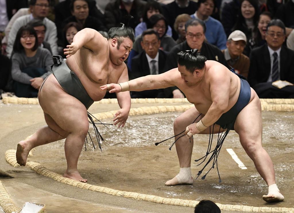 貴景勝(左)が押し出しで玉鷲に敗れる=14日、エディオンアリーナ大阪