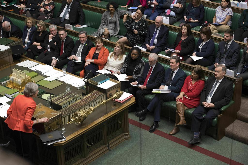 英議会で議員に説明するメイ首相(左下)=12日、ロンドン(英議会提供・AP=共同)