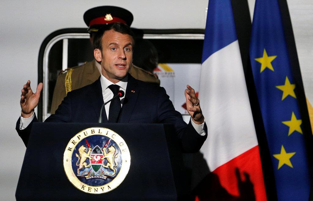 訪問先のケニアで会見に臨むフランスのマクロン大統領=13日(ロイター)