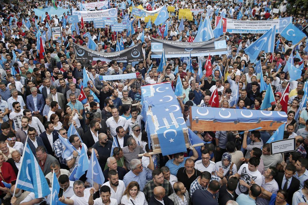 中国政府のウイグル族政策に抗議するトルコ在住のウイグル族ら=2015年7月、イスタンブール(AP)