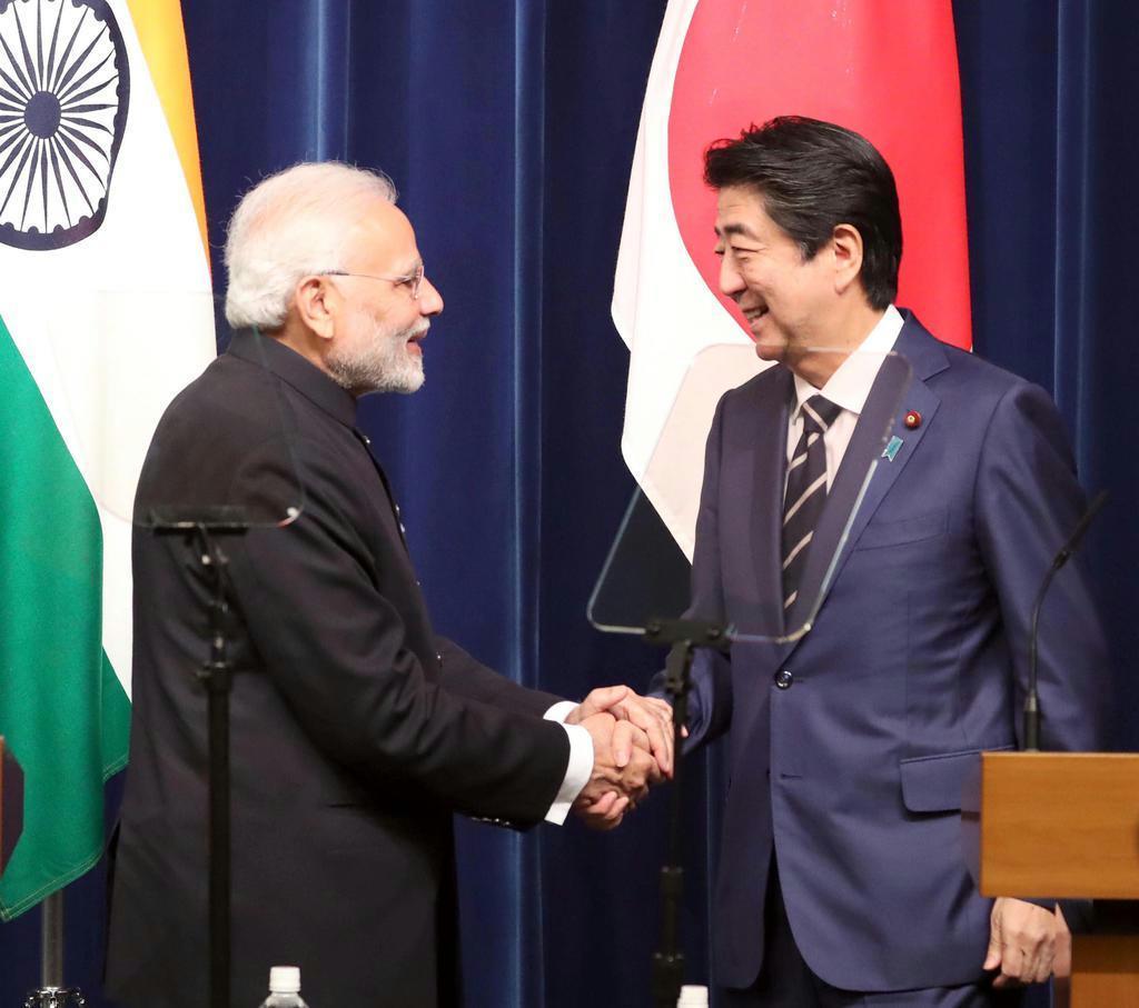 昨年10月、共同記者発表を終え握手を交わすインドのモディ首相(左)と安倍晋三首相=首相官邸(春名中撮影)