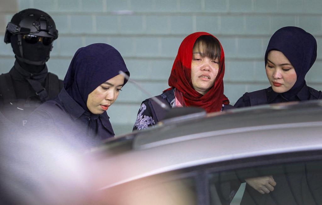 14日、マレーシア・クアラルンプール近郊の高裁を出るドアン・ティ・フオン被告(右から2人目)(共同)