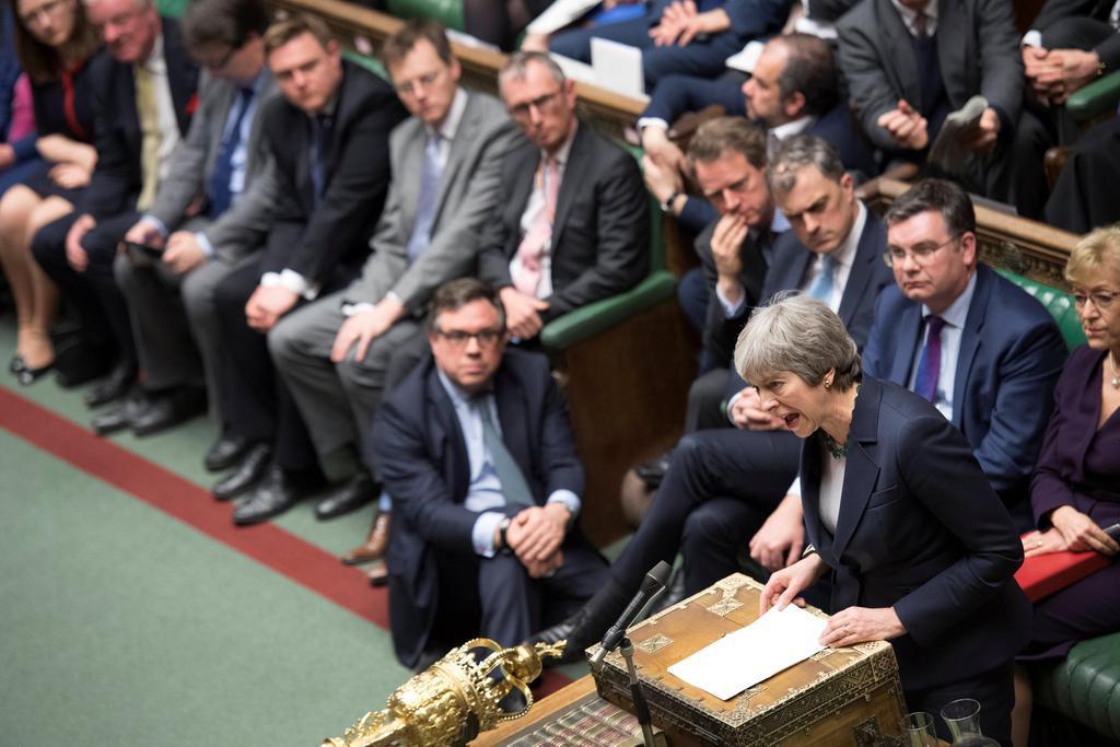英下院で演説するメイ首相(右下)=13日、ロンドン(英議会提供・ロイター)