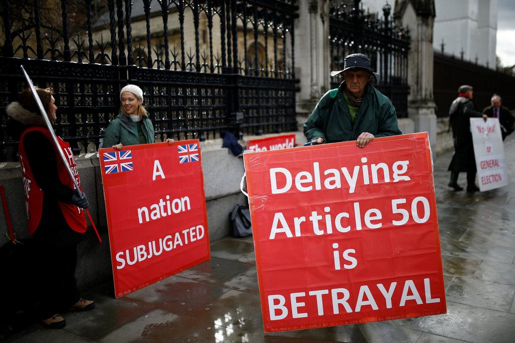 EU離脱に反対する人たち=14日、英ロンドンの国会議事堂前(ロイター)