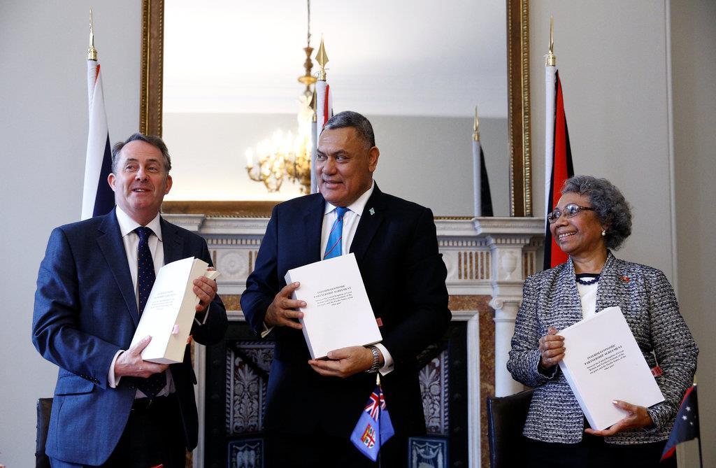 フィジーやパプア・ニューギニアの外交担当者と並ぶリアム・フォックス国際貿易相=14日、英ロンドンの国会(ロイター)