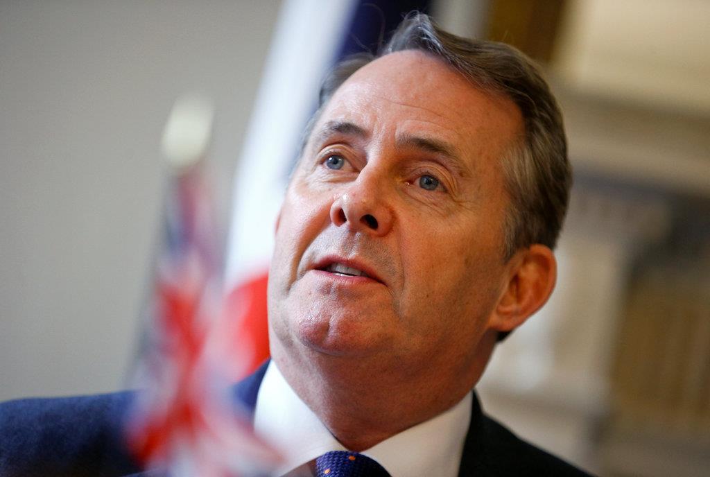 英がEUを離脱した際、太平洋諸国と貿易を継続する合意を交わした後に取材に応じるリアム・フォックス国際貿易相=14日、英ロンドンの国会(ロイター)