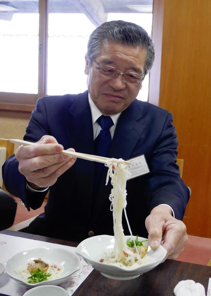 新三輪そうめんのアレンジメニューを試食する参加者=奈良県桜井市