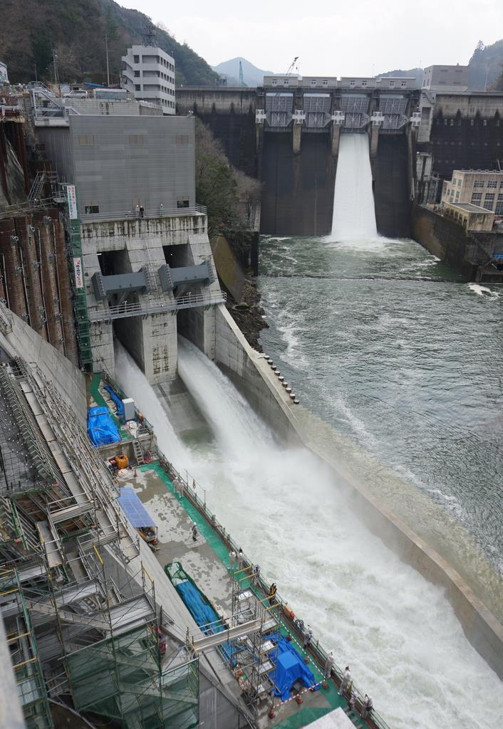 試験放流が行われた鹿野川ダムのトンネル洪水吐(左)=大洲市肱川町