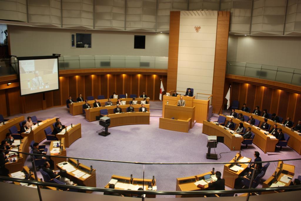 堺市議会本会議で、大阪維新の会が提出した竹山修身市長の不信任決議案について審議する議員ら=14日午前、堺市議会