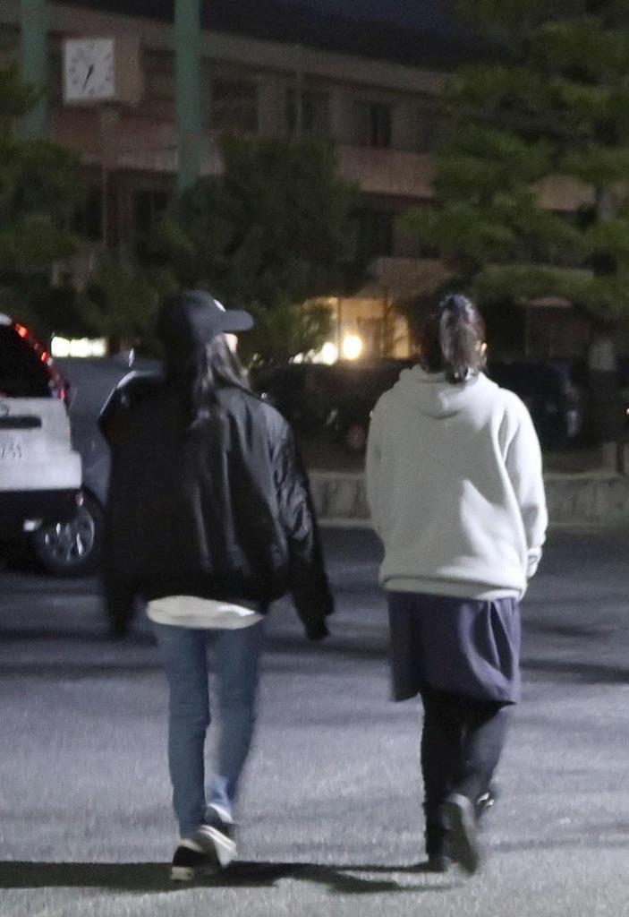 女児2人が通っていた小学校の臨時保護者会に向かう人たち=14日夜、愛知県豊田市