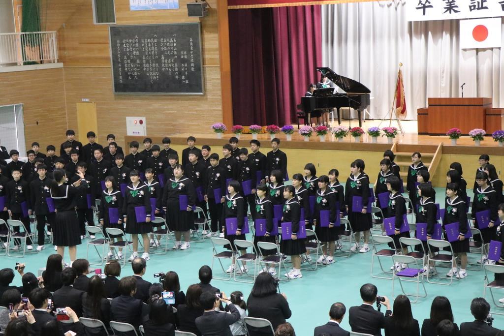 合唱を披露する真備中の卒業生=岡山県倉敷市