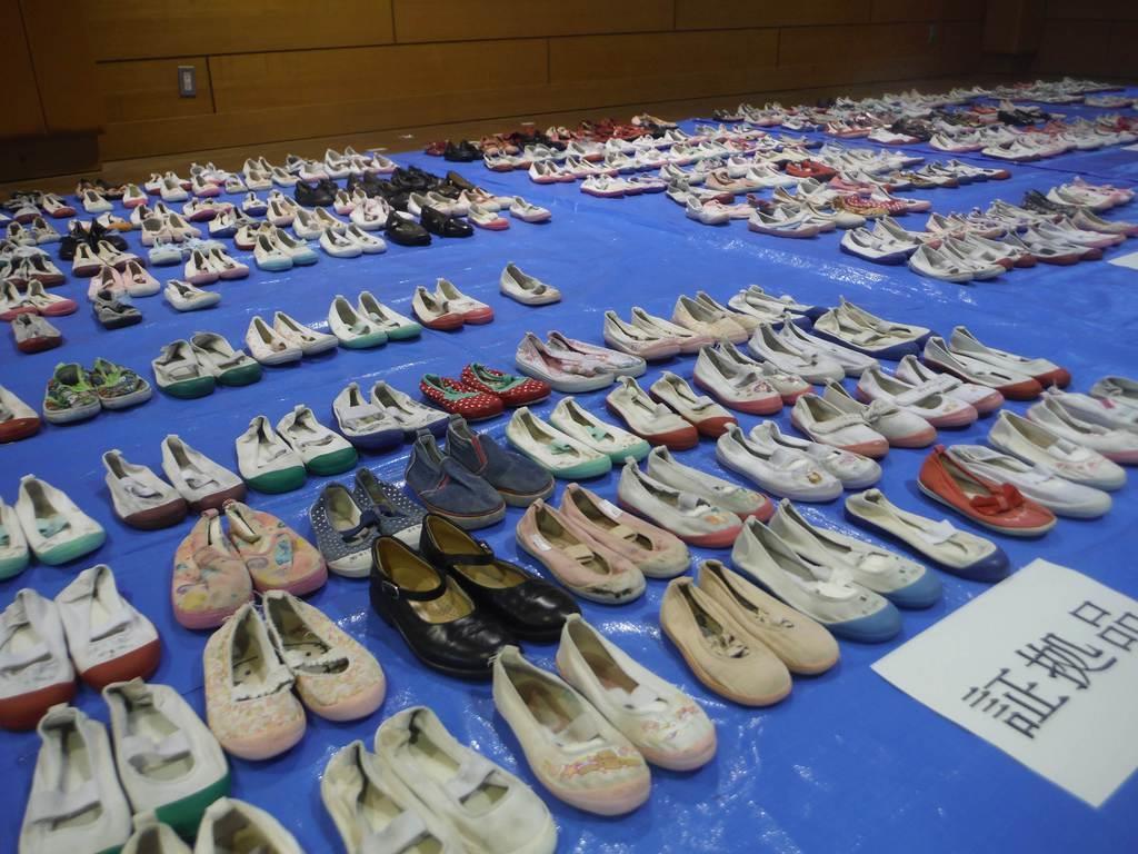 光沢容疑者の自宅から押収された上履き(千葉県警提供)
