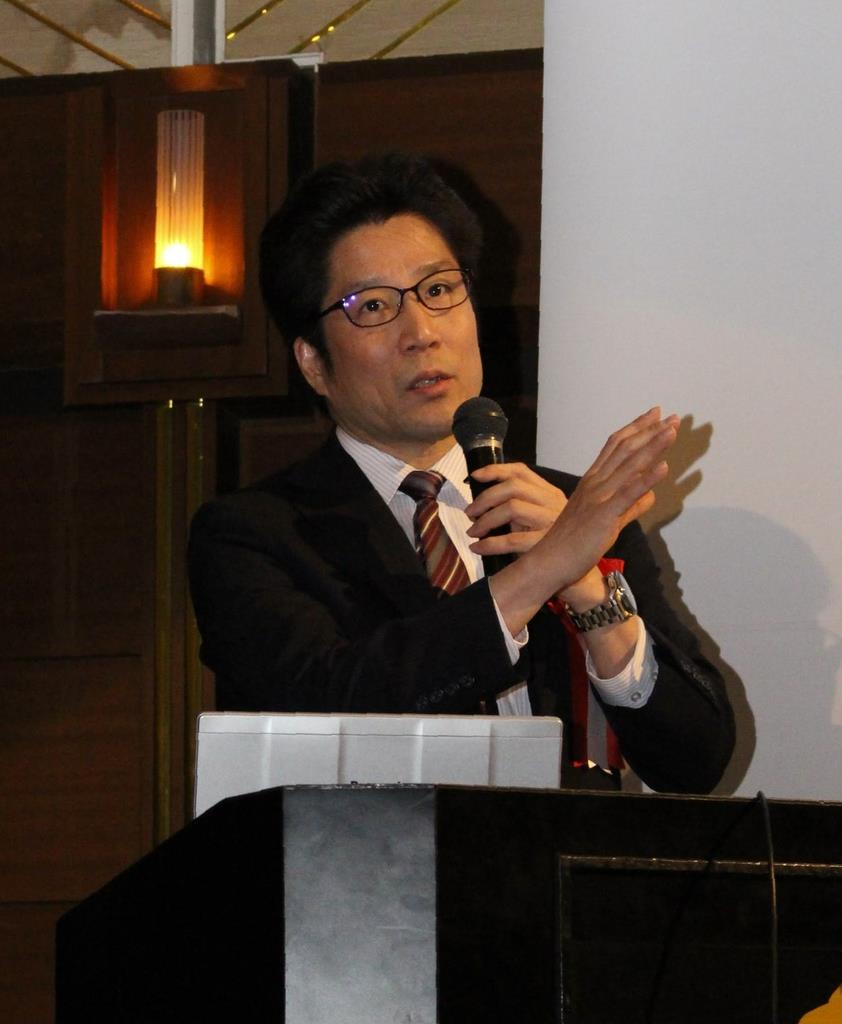 講演する横田拓也さん=15日、和歌山市