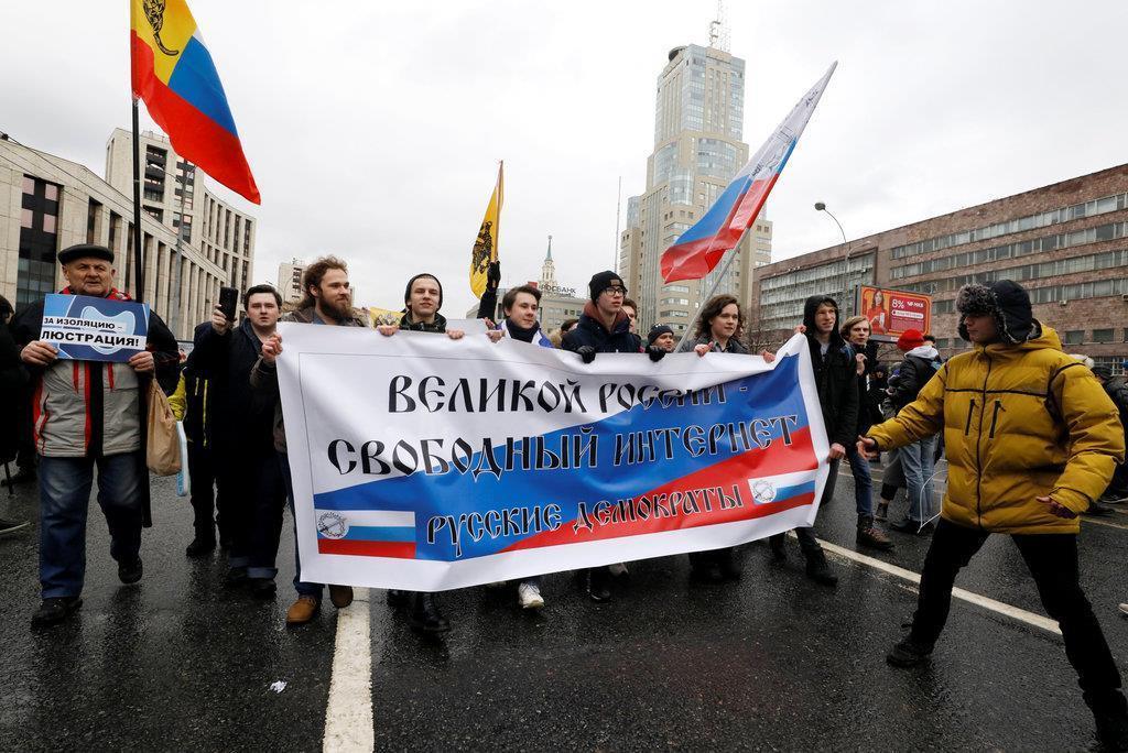 モスクワで行われたインターネット規制強化への抗議デモ=10日(ロイター)