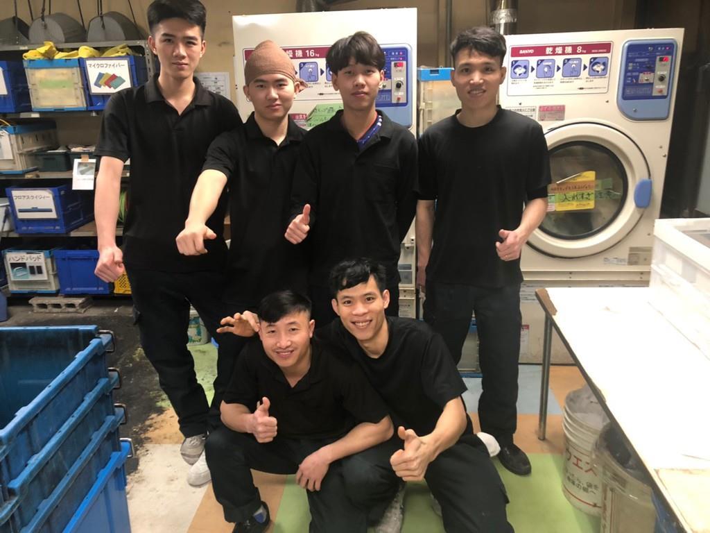 外国人雇用の事務作業を大幅軽減するシステムが登場。写真はオフィスビルの清掃会社で働くベトナム人ら(同社提供)