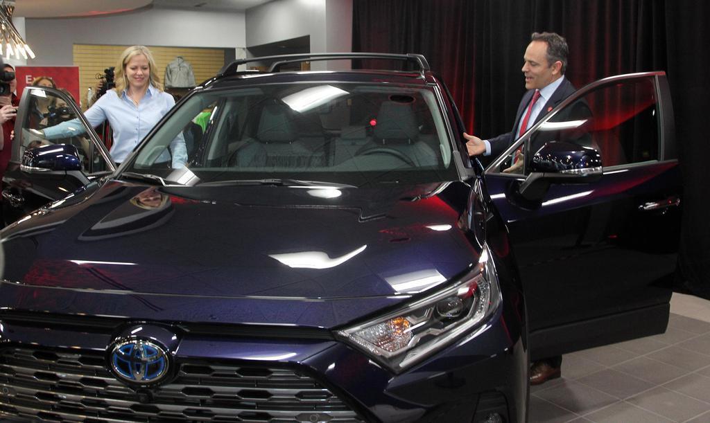 トヨタ自動車のSUV「RAV4」と米ケンタッキー州のベビン知事(右)ら=14日、同州ジョージタウン(ゲッティ=共同)