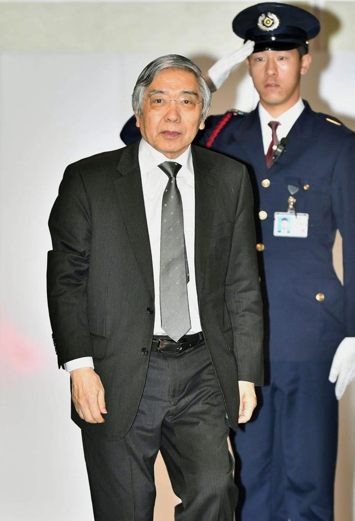 金融政策決定会合に出席するため、日銀本店に入る黒田総裁=15日午前