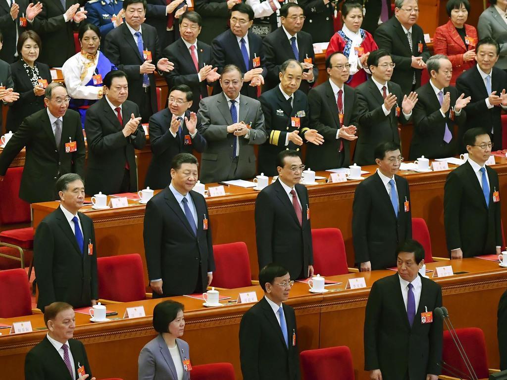 中国全人代の閉幕式に臨む習近平国家主席(中央左)ら=15日、北京の人民大会堂(共同)