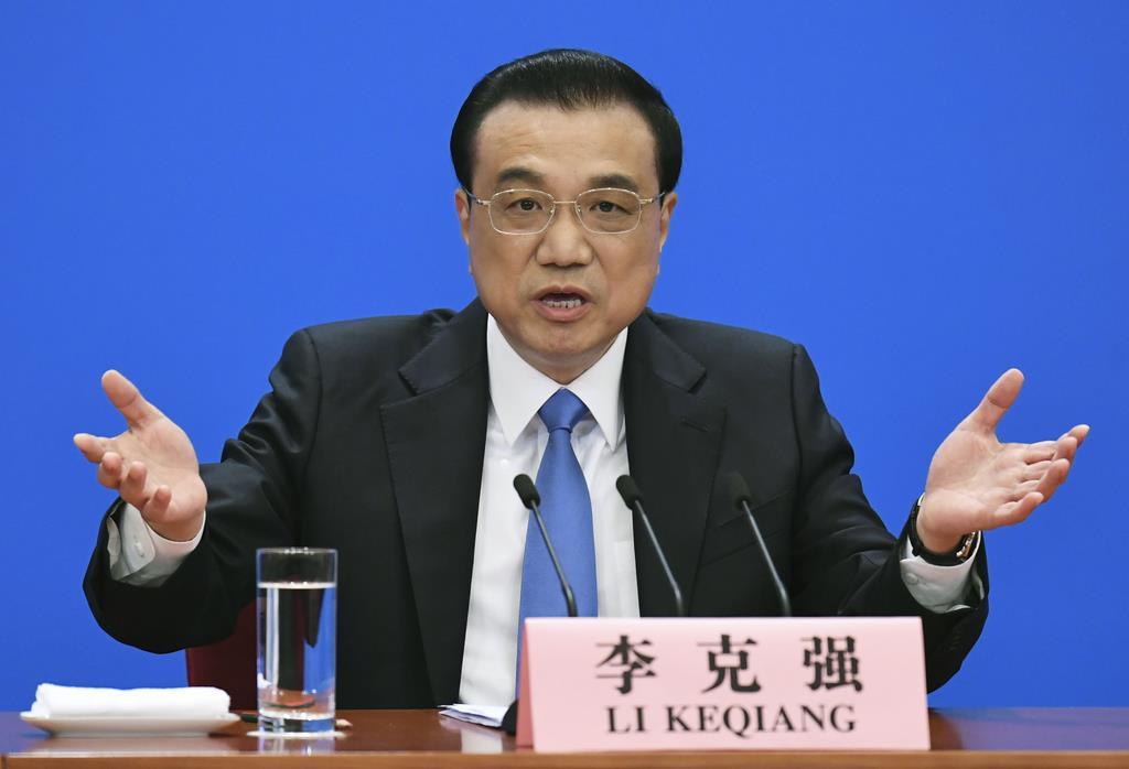 中国全人代が閉幕し、記者会見する李克強首相=15日、北京の人民大会堂(共同)