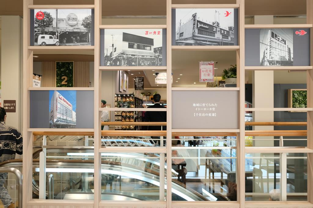 イトーヨーカドー食品館千住店の2階には、歴代の千住店の写真が掲げられている=15日、東京都足立区(日野稚子撮影)
