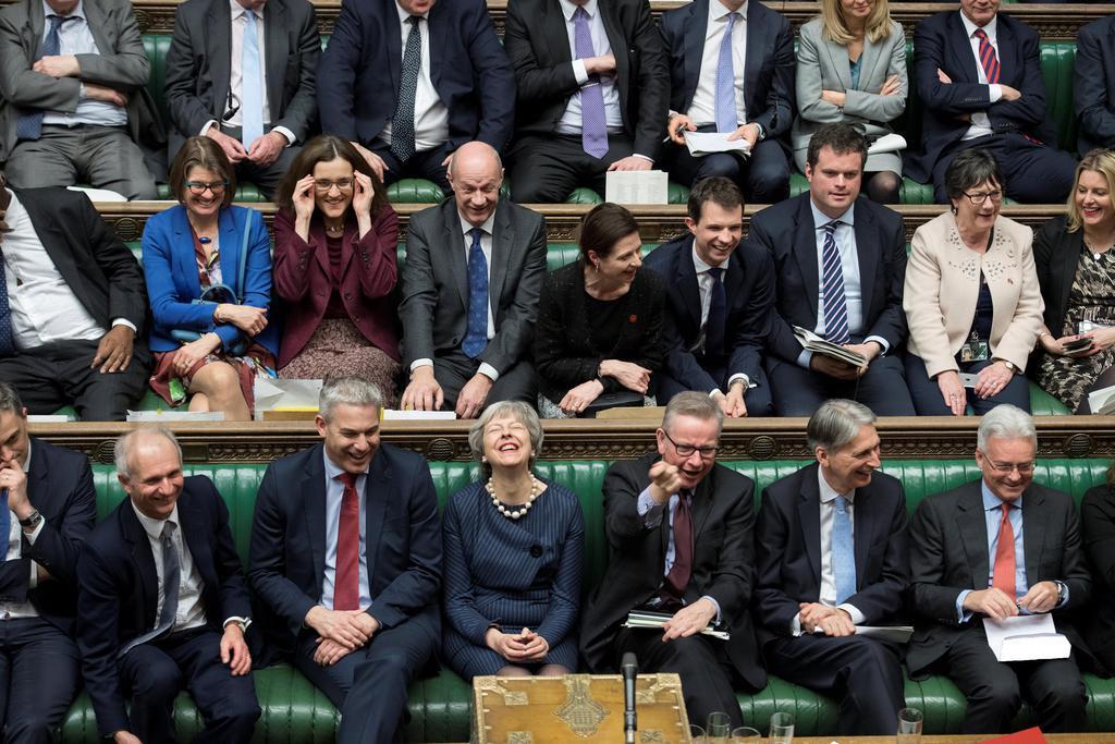 14日、英下院の討論に出席するメイ首相(前列右から4人目)=ロンドン(ロイター)