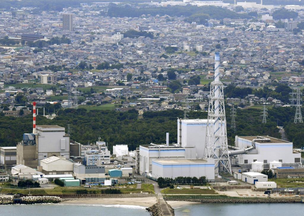 日本原子力発電の東海第2原発(右)。左は廃炉作業中の東海原発。奥は東海村中心部=2018年7月、茨城県東海村