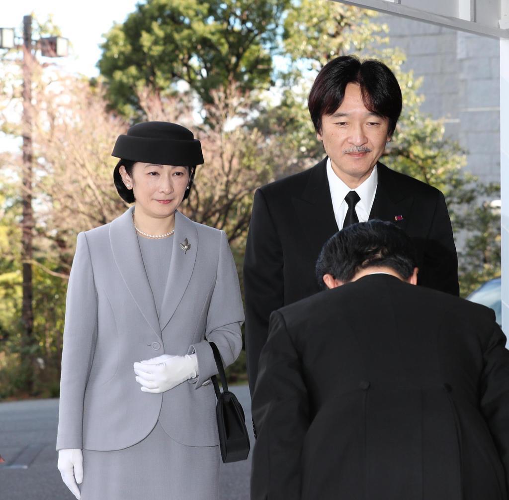 東日本大震災8周年追悼式に臨席するため、会場に到着された秋篠宮ご夫妻=11日、東京都千代田区の国立劇場