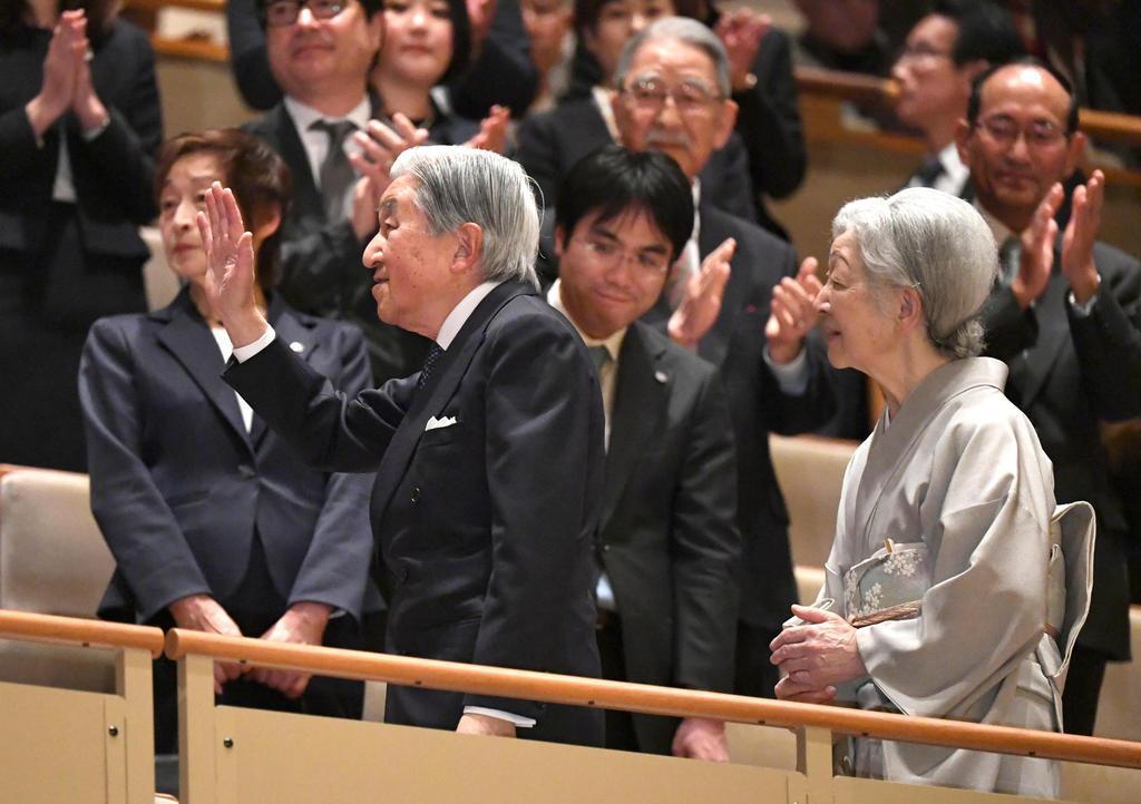 琉球芸能公演「組踊と琉球舞踊」を鑑賞するため、会場に到着された天皇、皇后両陛下=9日、東京都千代田区の国立劇場