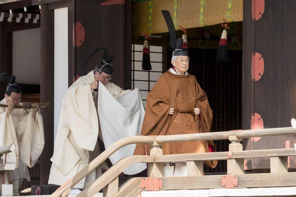 譲位を奉告するため、賢所を参拝される天皇陛下=12日、皇居・宮中三殿(宮内庁提供)