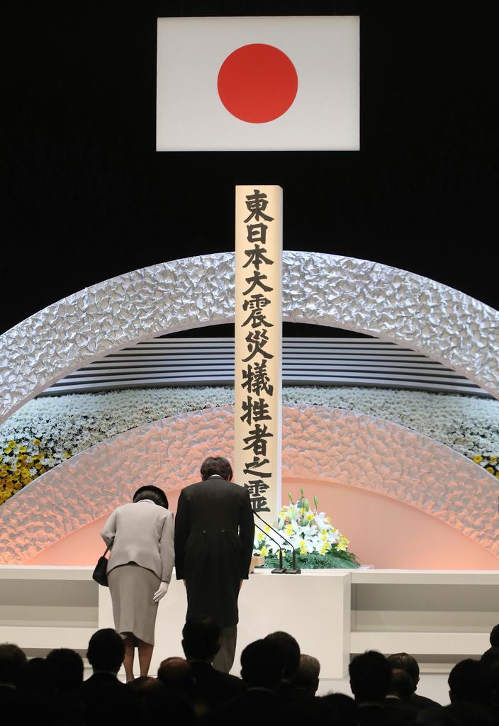 東日本大震災8周年追悼式で、犠牲者をまつる標柱に一礼される秋篠宮ご夫妻=11日午後2時46分、東京都千代田区の国立劇場