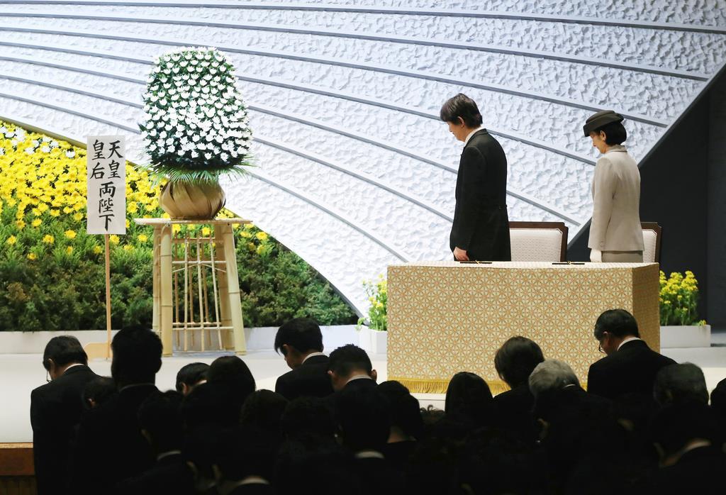 東日本大震災8周年追悼式で、黙祷をされる秋篠宮ご夫妻=11日午後2時46分、東京都千代田区の国立劇場