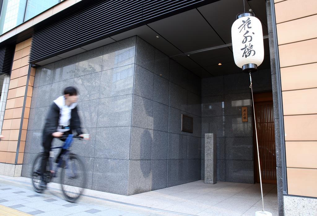 花外楼の店先。「大阪会議開催の地」の石碑がたつ=26日、大阪市中央区(前川純一郎撮影)