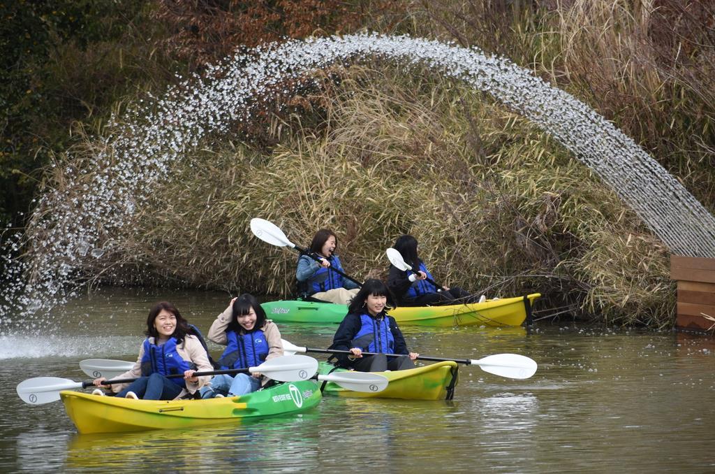 水のトンネルをくぐり抜ける「ワイルド・カヌー」=三木市
