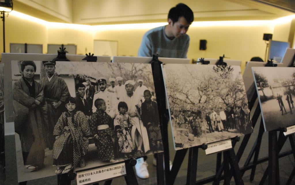 坂の上の雲ミュージアムに展示されるロシア兵捕虜の写真=松山市