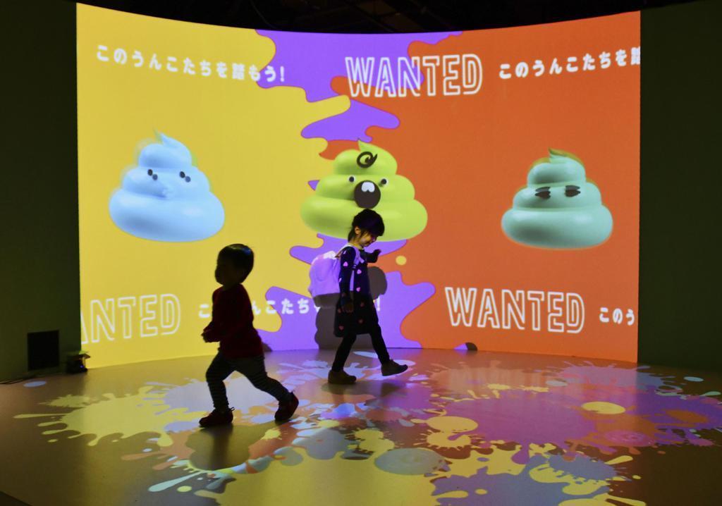 「うんこミュージアム」でゲームをする子どもたち=15日午前、横浜市西区