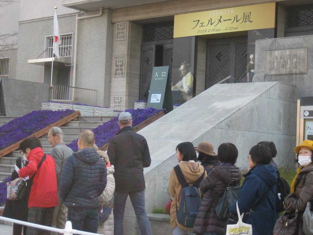 早朝から開場を待つ人々=大阪市天王寺区