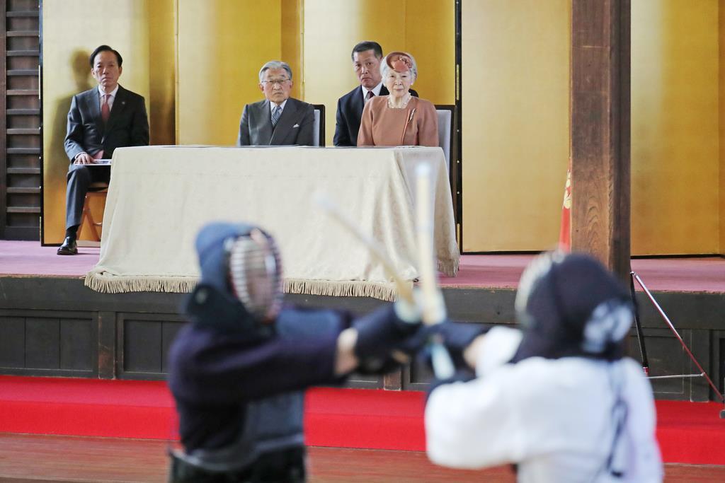 即位30年を記念する武道大会で剣道の特別試合を観戦される天皇、皇后両陛下=15日午後4時12分、皇居・済寧館(代表撮影)