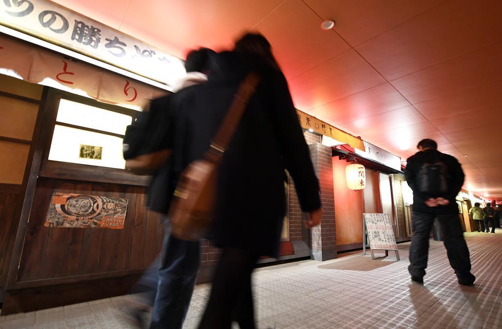 競馬場を舞台にしたイルミネーション「TOKYO MEGA ILLUMINATION」東京光の大祭典。「昭和ただいま横丁」=11日午後、東京都品川区勝島の大井競馬場(酒巻俊介撮影)