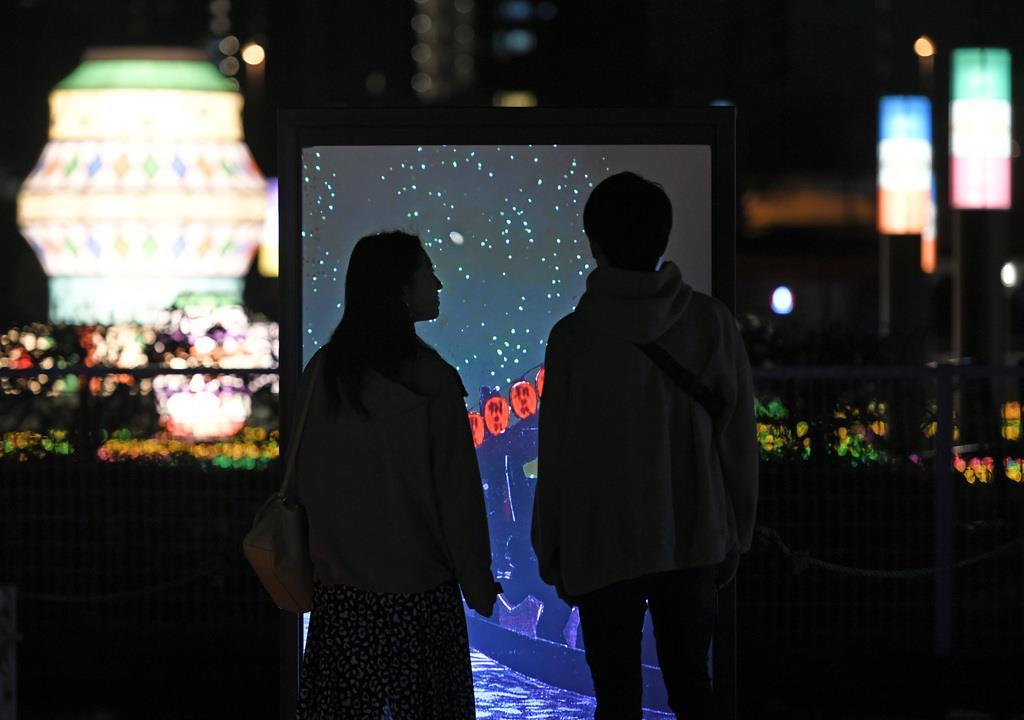 競馬場を舞台にしたイルミネーション「TOKYO MEGA ILLUMINATION」東京光の大祭典。「明治サプライズ迷路」=11日午後、東京都品川区勝島の大井競馬場(酒巻俊介撮影)