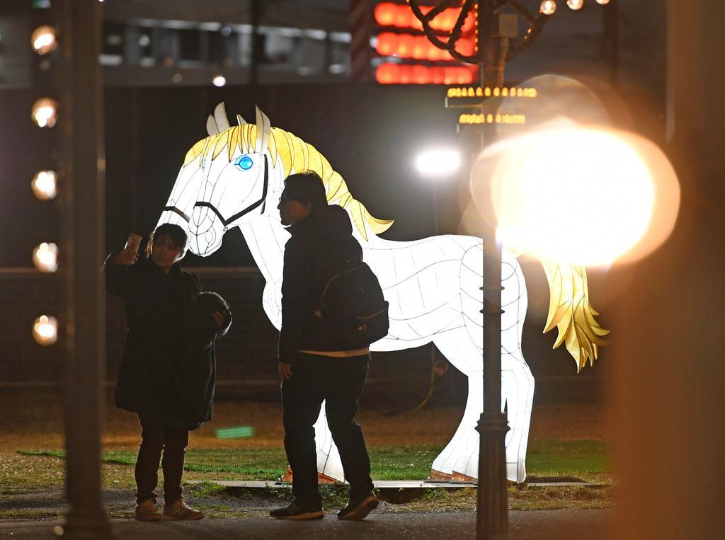 競馬場を舞台にしたイルミネーション「TOKYO MEGA ILLUMINATION」東京光の大祭典。「明治アカリノ博覧会」=11日午後、東京都品川区勝島の大井競馬場(酒巻俊介撮影)