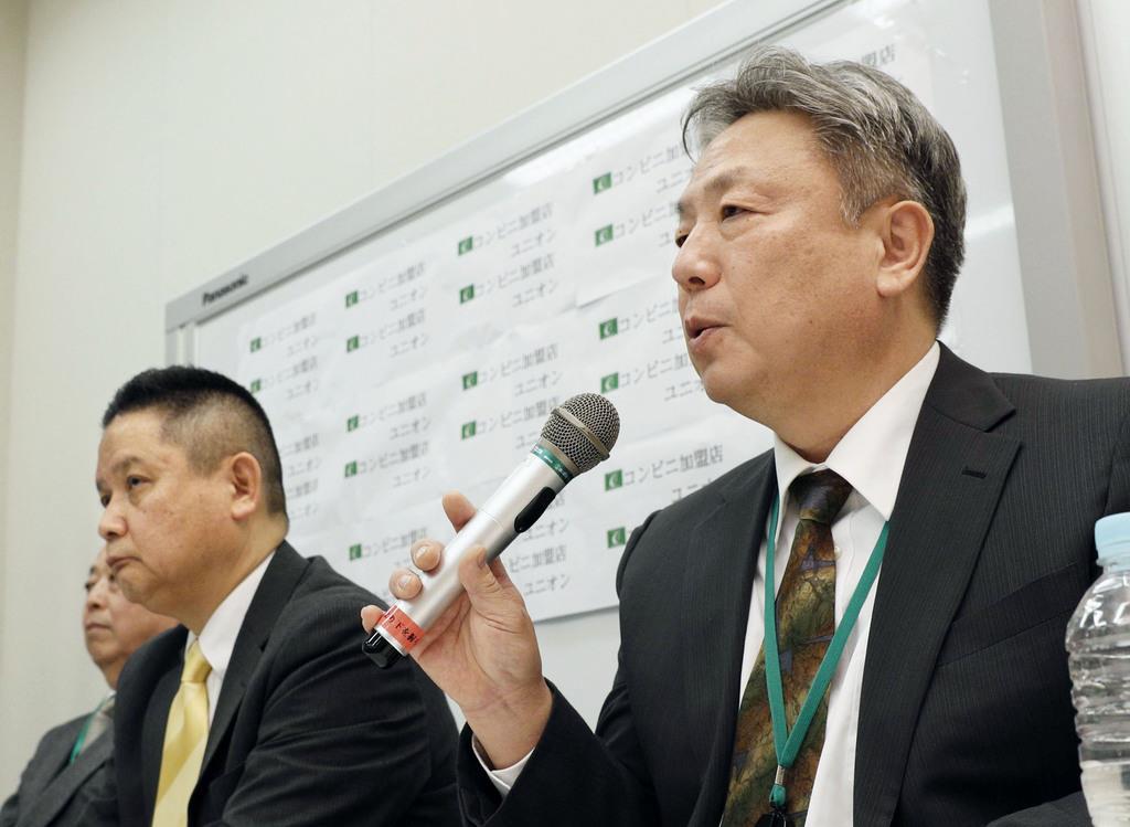 記者会見するセブン-イレブン店舗オーナーの松本実敏さん。左はコンビニ加盟店ユニオンの酒井孝典執行委員長=2月27日午後、東京都内