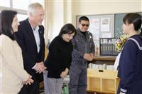 津波犠牲の米国女性、両親が本棚寄贈 石巻の小学校へ