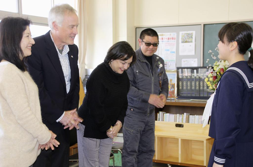 宮城県石巻市立湊中に本棚などを寄贈した、津波の犠牲になった米国人の英語指導助手テーラー・アンダーソンさんの両親(左から2人目と3人目)ら=15日午後