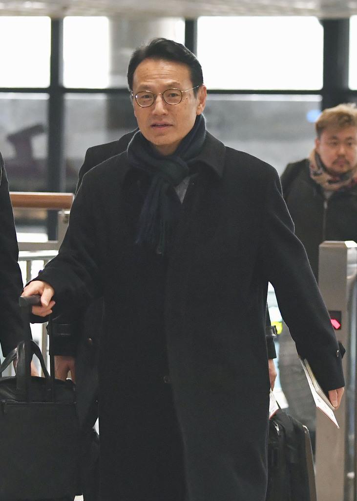 訪韓日程を終え、帰国の途に就く外務省の金杉憲治アジア大洋州局長=15日、韓国・金浦空港(共同)