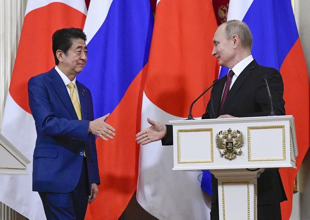 会談する安倍晋三首相(左)とプーチン露大統領=1月22日、モスクワ(AP)